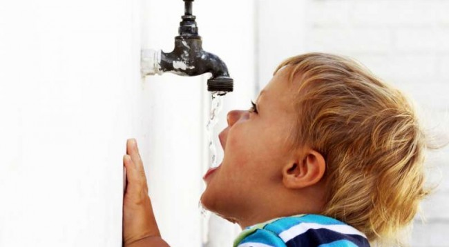 per-prinderit-femijet-duhet-te-pine-me-shume-uje