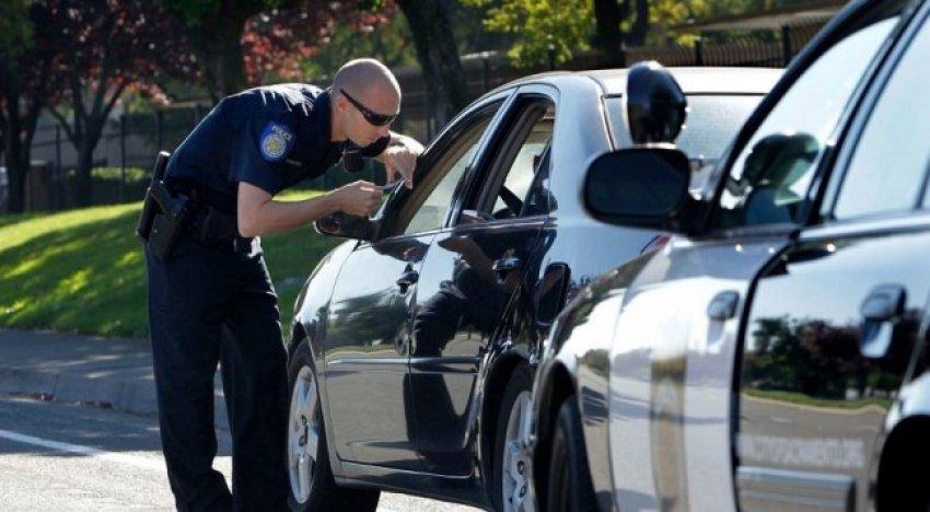 Arsyeja misterioze pse polici prek makinën tuaj kur ju ndalon